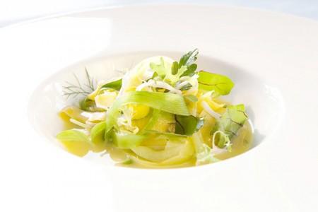 Kräuter-Gemüsetagliatelle-Salat mit Zitronenmarinade